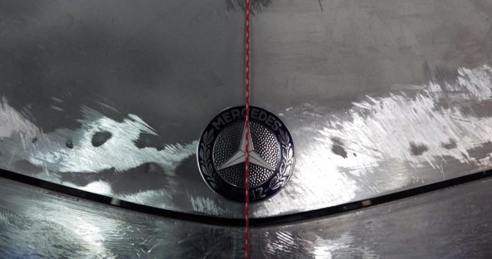 MB Pagode - Prüfen der Haube und des Emblems auf Symmetrie